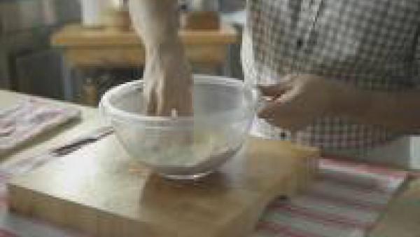 Trabaja los ingredientes con la punta de los dedos, hasta que consigas arenar la harina: se trata de ir envolviendo la mantequilla con los elementos secos como si se estuviese salando un ingrediente;