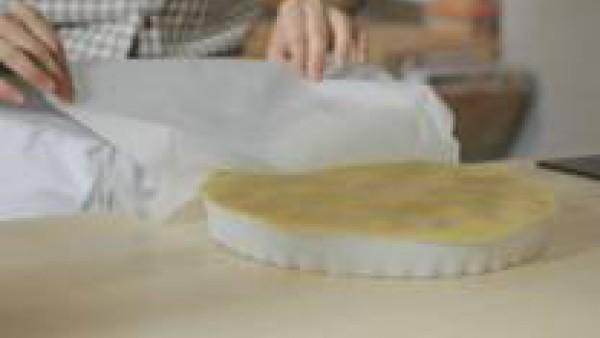 Ordena las manzanas muy ajustadas en la base del molde, con la cara curva hacia abajo. Procura que no se rompan. Corta la masa en forma circular. Dale 1 cm de diámetro más que la medida del molde. Col
