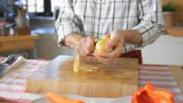 Elimina los nervios y el pedúnculo del pimiento y lávalo. Pela y lava la zanahoria y la patata. Córtalos en dados de 0,5 cm de lado. Condiméntalos con sal y cuécelos al vapor. La patata debe quedar bl