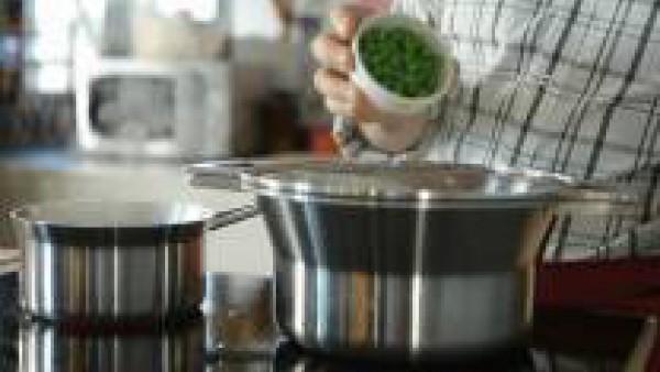 Condimenta los guisantes con sal y cuécelos al vapor.