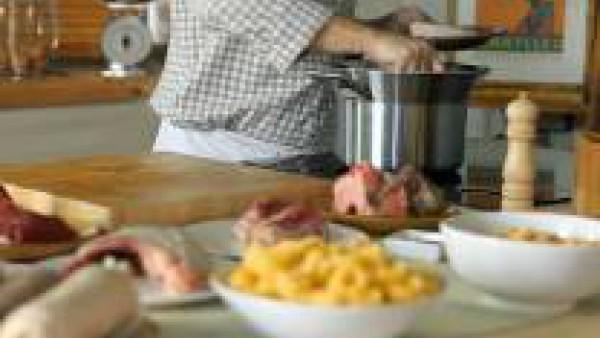 Lava el morro, la oreja y el pie de cerdo y quémales los pelos. Introduce la carne dentro de una olla, junto con los huesos, el tocino, el jarrete y las pechugas de gallina y de pollo. Cúbrelo de agua