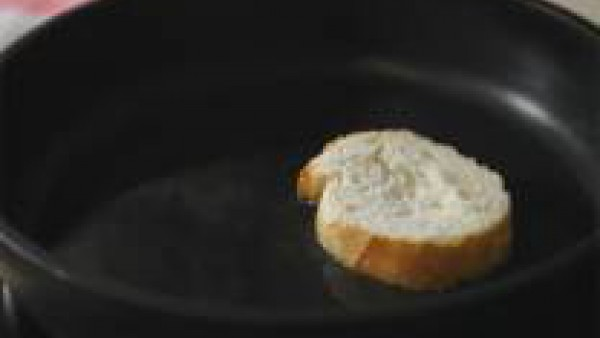 Lava y pela la cebolla y pícala muy fino. Resérvala. Pon a calentar una cazuela ancha a fuego medio con un buen chorro de aceite. Dora en ella los dientes de ajo pelados y enteros. Escúrrelos y echa l