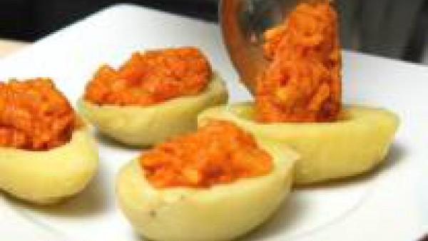 Rellena los agujeros con la mezcla de patatas y sobrasada. Echa por encima un poco de queso rallado y una pizca de Avecrem Caldo de Pollo Granulado y hornea las patatas 5 minutos a 180 ºC. Sírvelas de