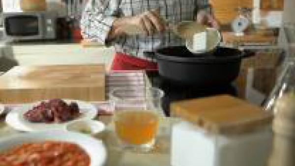 Prepara el relleno: Pon a calentar una cazuela ancha a fuego medio-fuerte con la manteca de cerdo y 50 ml de aceite de oliva. Cuando la grada de cerdo se haya fundido, agrégale las tres carnes cortada