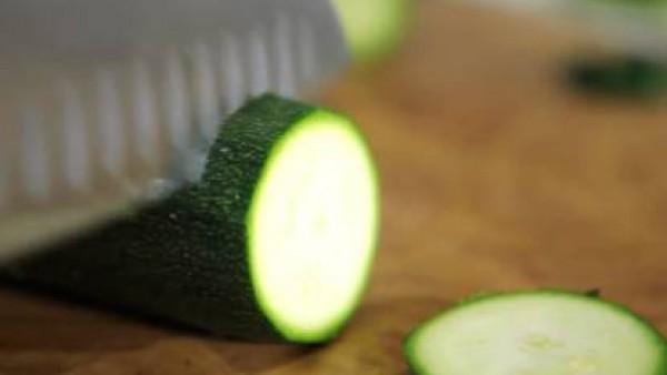 Lava el calabacín, elimínale las puntas y córtalo en dados de 0,5 cm de grosor.