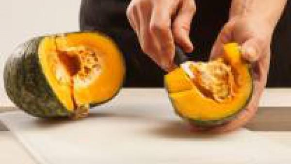 Limpia la calabaza, quita las semillas y las barbas interiores, pélala y córtala en trozos.