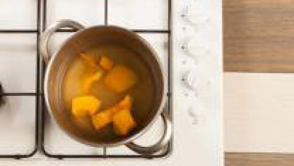 Deja cocer la calabaza en el agua junto con la pastilla de Avecrem 100% Natural 8 Verduras durante 20 minutos.