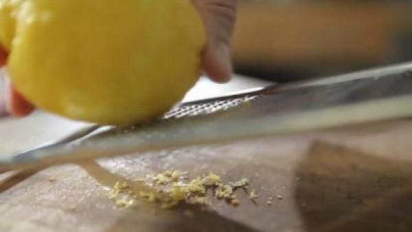 Lava y ralla la piel del limón; procura evitar la parte blanca de la piel, puesto que daría un gusto amargo. Resérvala.