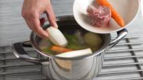 Pon en una olla las verduras junto con la carne, los huesos y la pastilla de Avecrem y déjalos hervir unas 2 horas a fuego muy lento, quitando la espuma de la superficie.