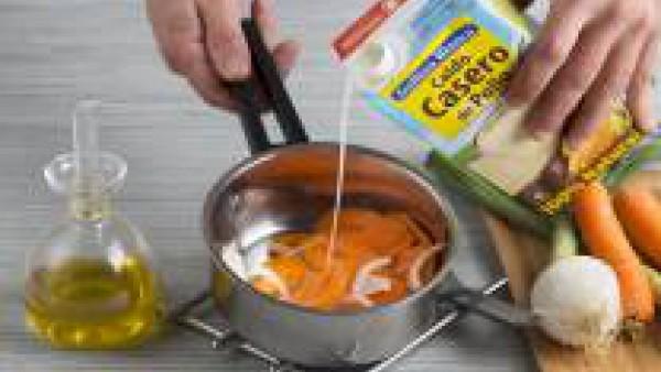 Tritura la crema con la ayuda de una batidora eléctrica, salpimiéntala, añádele el queso fresco para que quede más cremosa.
