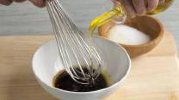 Prepara la vinagreta, triturando con un batidor eléctrico el vinagre de Módena, una pizca de Avecrem y el aceite de oliva virgen extra.