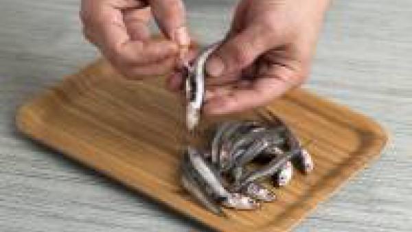 Limpia el pescado de tripas y sécalo con un papel de cocina.