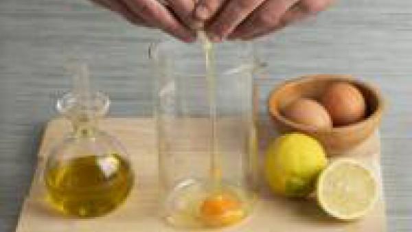 Prepara la mayonesa batiendo el huevo con el aceite de girasol y unas gotas de limón.