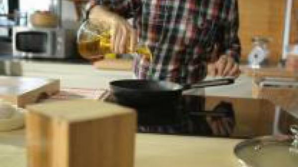 Pela la cebolla y pícala muy fina. Rehógala en una cazuela pequeña o una sartén a fuego lento, tapada y con una pizca de aceite de oliva.