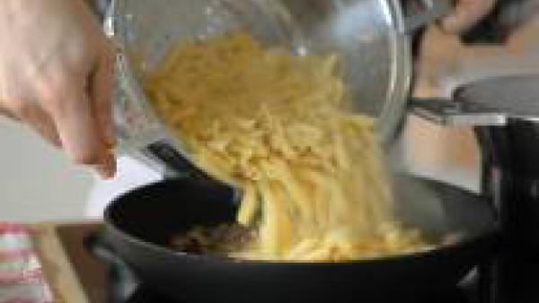 Una vez que los macarrones estén hervidos, escúrrelos y mézclalos con el sofrito de hortalizas.