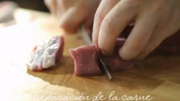 Trocea la carne en dados de 3 centímetros de lado. Salpimiéntalos y dóralos en una cazuela a fuego vivo con el aceite de oliva y la manteca.