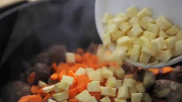 Agrega la cebolla pelada y picada muy fina. Déjala rehogar a fuego lento hasta que empiece a coger color. Mézclale la zanahoria, el nabo y la chirivía lavados, pelados y picados.