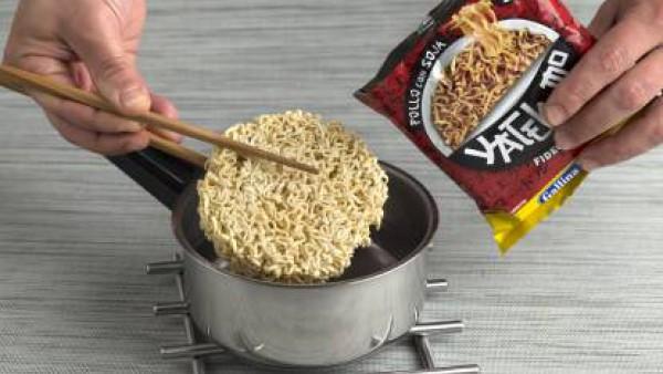 Pon un cazo al fuego con 150 ml de agua. Cuando hierva, añade la pasta del sobre de Yatekomo y déjala cocer a fuego medio removiendo de vez en cuando.