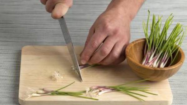 Mientras se hace, prepara la cebolleta: límpiala y corta en tiras muy finas la parte más verde.