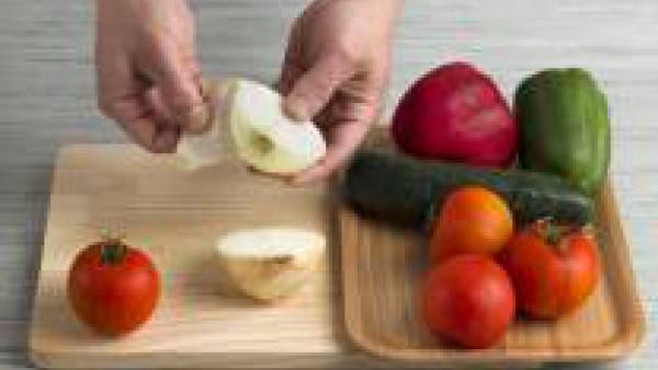 Cómo preparar Gazpacho andaluz con jamón y picatostes-Paso 1