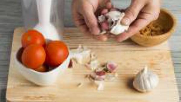 Lava el tomate, trocéalo y pela el ajo. Échalos al vaso de la batidora, junto con el pan, el aceite de oliva y el vinagre. Desmenuza y añade 1 de pastilla de Avecrem Dúo de Tomate.