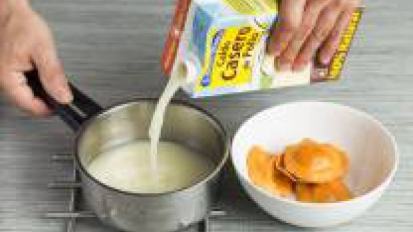 Calienta el Caldo Casero de Pollo 100% Natural; cuando empiece a hervir, cuece los raviolis en él. Una vez cocidos, sácalos, escúrrelos y sírvelos en el plato directamente. Añade la mantequilla de tru