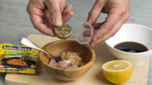 Corta el pescado en dados y colócalo en un recipiente con el zumo de limón, la salsa de soja, la cucharada de Avecrem y la mostaza. Déjalo marinar unos 60 min.