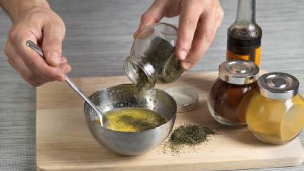 Con la batidora eléctrica, tritura la mantequilla a temperatura ambiente junto con todas las especias, hierbas y licores, hasta que quede una mantequilla aromática y coloreada. Salpimiéntala y colócal