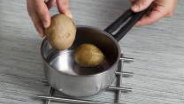 Pon a hervir las patatas enteras y con piel en agua con una pastilla de Avecrem Verduras -30% de Sal. Cuando estén hervidas, escúrreles el agua, pélalas y córtalas en rodajas finas.