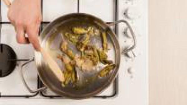 Saltea las alcachofas con la chalote picado muy fino. Añade la pastilla de Avecrem 100% Natural 8 Verduras, las setas y el agua de remojo colado.