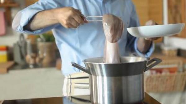 Pon una olla con agua a hervir. Cuando arranque el hervor, sumérgele el pulpo con ayuda de unas pinzas.