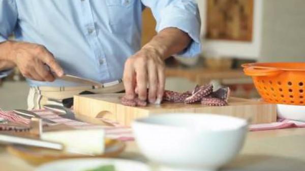 Con un cuchillo separa las puntas más finas de los tentáculos y la cabeza.