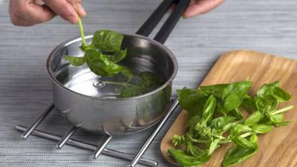 Escalda en agua la albahaca durante 5 s y enfríala en agua con hielo. Tritúrala para que quede como un puré. Mezcla la harina con un poco de sal y la albahaca, añade un huevo, el aceite de oliva y tra