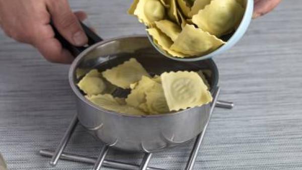 Pon a hervir agua en una olla, añade los raviolis y déjalos cocer hasta que estén al dente. Escúrrelos y añádeles el sofrito por encima, previamente calentado.