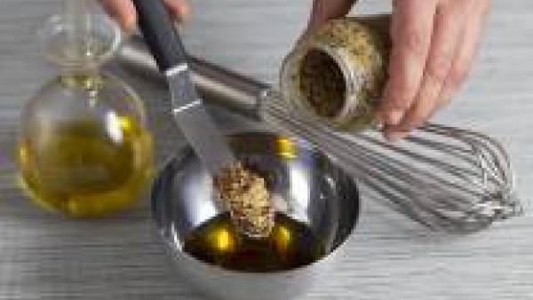 Prepara la vinagreta: con las varillas mezcla la mostaza, el vinagre, el aceite y 1/4 de pastilla de Avecrem que la vinagreta quede ligada.