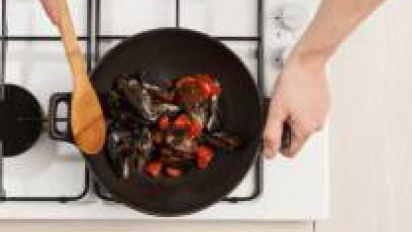Lava los mejillones, limpia y quita la tierra y déjalos abrir en una sartén con una cucharada de aceite de oliva virgen extra. Añade después el Sofrito de Tomate y Verduras Gallina Blanca.