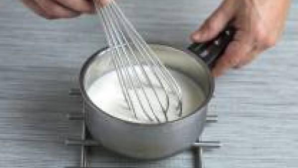 Prepara la bechamel tal como se indica en el paquete de Mi Salsa Bechamel Gallina Blanca y añádele el curry.