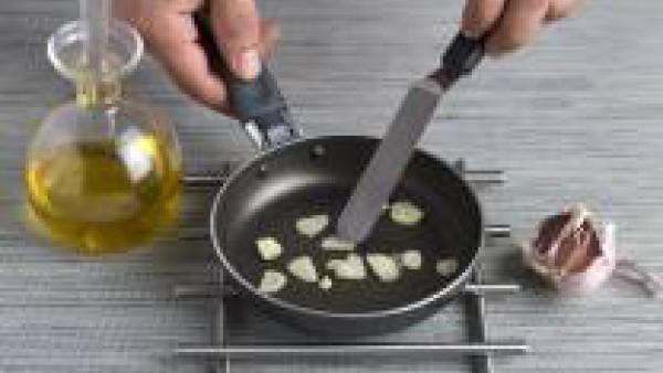 En una sartén con un chorrito de aceite de oliva, dora los ajos y la guindilla. Una vez dorados, añade las vieiras salpimentadas y dóralas por los dos lados brevemente, sin que queden secas. Hierve el