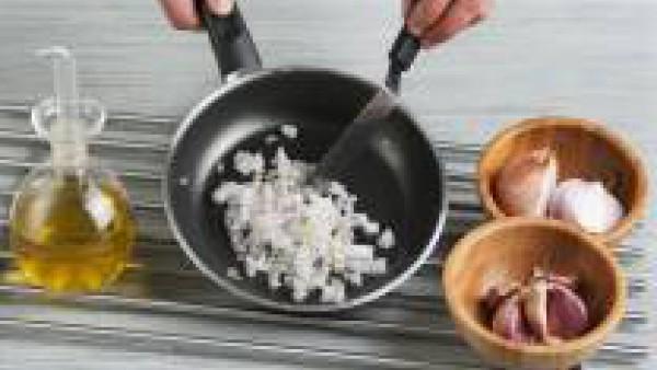 Pela y corta la cebolla, añádela a la cazuela y déjala rehogar. Agrega el tomate maduro cortado en cuartos, añade una pizca de Avecrem y deja cocinar.