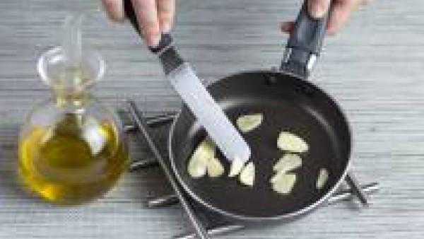 Agrega las hojas de espinaca a la olla, dejando algunas para decorar; vierte el caldo y cuécelo durante 3 min; añade la leche, la mitad de la nata y deja cocer a fuego suave 3 minutos más. Echa los qu