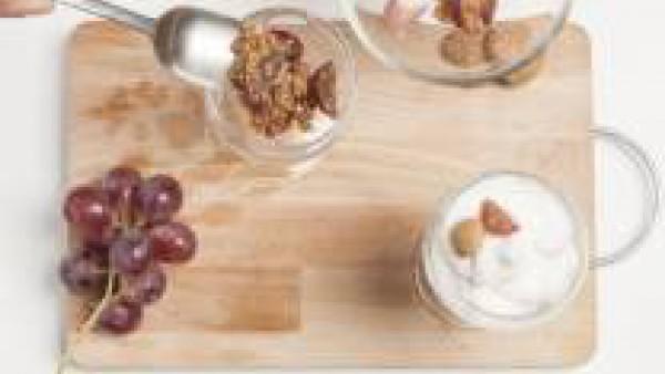 Pon en la base una mezcla de bizcochos triturados, junto con las uvas y el vino dulce