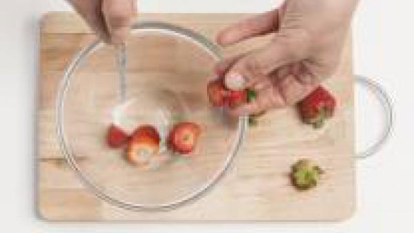 Lava las fresas y córtalas