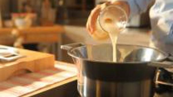 Moja con el caldo.Condimenta con sal, pimienta y las hierbas. Deja cocer el conjunto tapado, lentamente hasta que la calabaza esté bien blanda. Tritura la salsa con túrmix y pásala por un tamiz. Recti