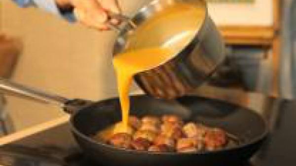 Moja con la salsa de calabaza y deja cocer las albóndigas a fuego lento, preferiblemente tapado durante unos 5-7 minutos. Sirve las albóndigas con la salsa.
