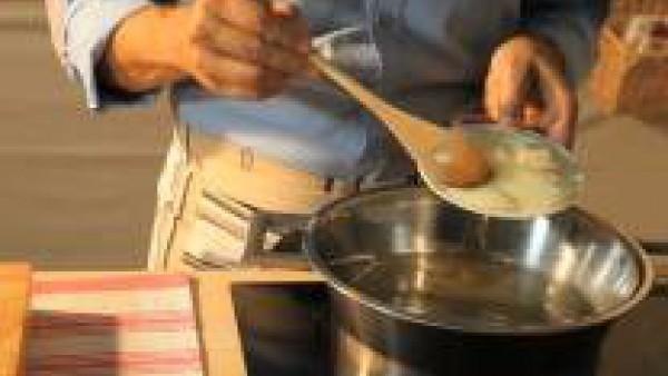 Pon a rehogar la cebolla a fuego lento en una olla con la mantequilla y un chorrito de aceite de oliva. Cuando esté bien blanda, y antes que tome color,  añade la calabaza pelada, sin semillas y troce