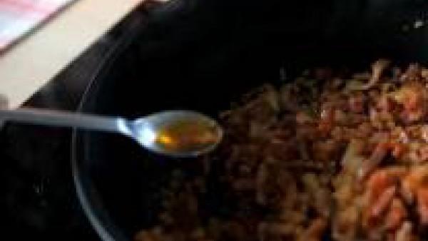 Cuando empiecen a tomar color, añade la cebolla, picada, el tomate rallado y rehoga unos minutos. Si queda demasiado aceitoso, retira el aceite sobrante con una cuchara.