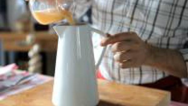 Rehoga todo unos minutos. Mezcla en una jarra la leche y el Caldo Casero de Pescado 100% Natural. Cubre el pescado con la mezcla de leche y caldo, sazona con nuez moscada y cuece a fuego muy lento dur