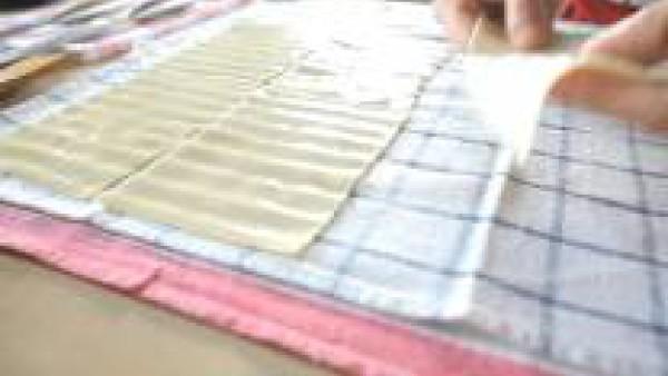 Llena una fuente con agua caliente e hidrata las placas de Lasaña Fácil el Pavo unos minutos. Después, escúrrelas con cuidado para que no se rompan y sécalas sobre un paño seco.