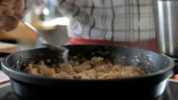Pocha la cebolla en una sartén con un poco de aceite de oliva junto con el ajo y el pimiento rojo.