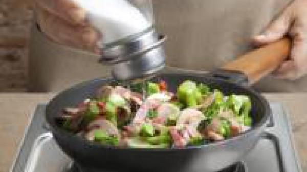 Prepara la salsa Bechamel para Gratinar siguiendo las instrucciones del sobre.